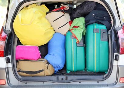 bagażnik pełen bagaży i toreb
